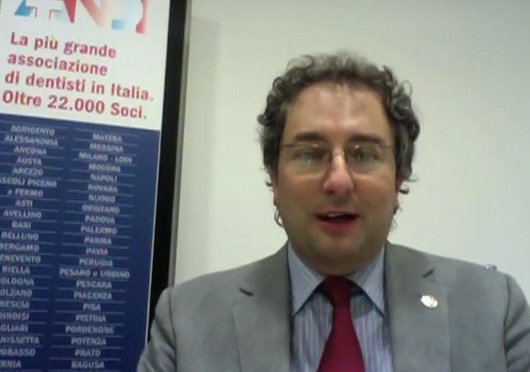 Nel videoeditoriale, dopo alcune considerazioni sui recenti fatti che hanno coinvolto la professione, il Presidente Nazionale ANDI Gianfranco Prada annuncia le nuove iniziative per promuovere il dentista ANDI verso i cittadini ed invita i colleghi a sostenerle